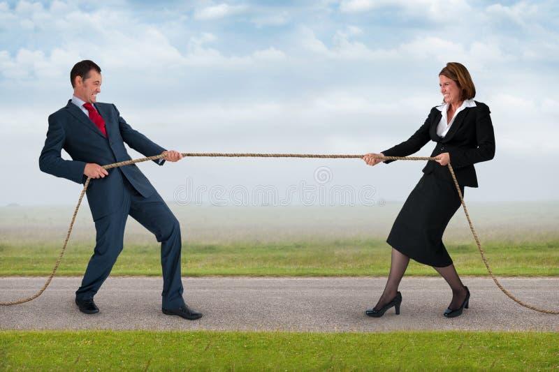 Affärsman- och kvinnadragkamp royaltyfri bild