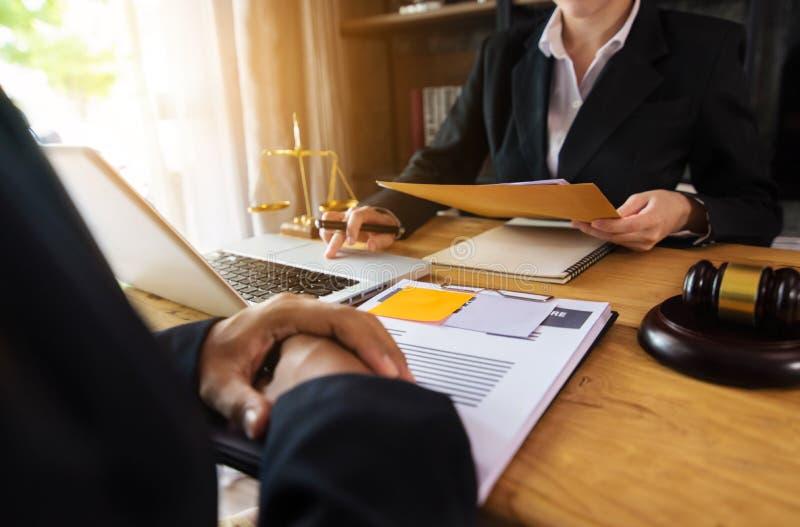 Affärsman och kvinnlig advokat eller domare att konsultera att ha lagmöte med klienten royaltyfri fotografi