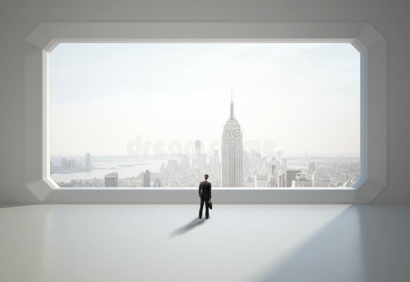 Affärsman och stort fönster arkivbild