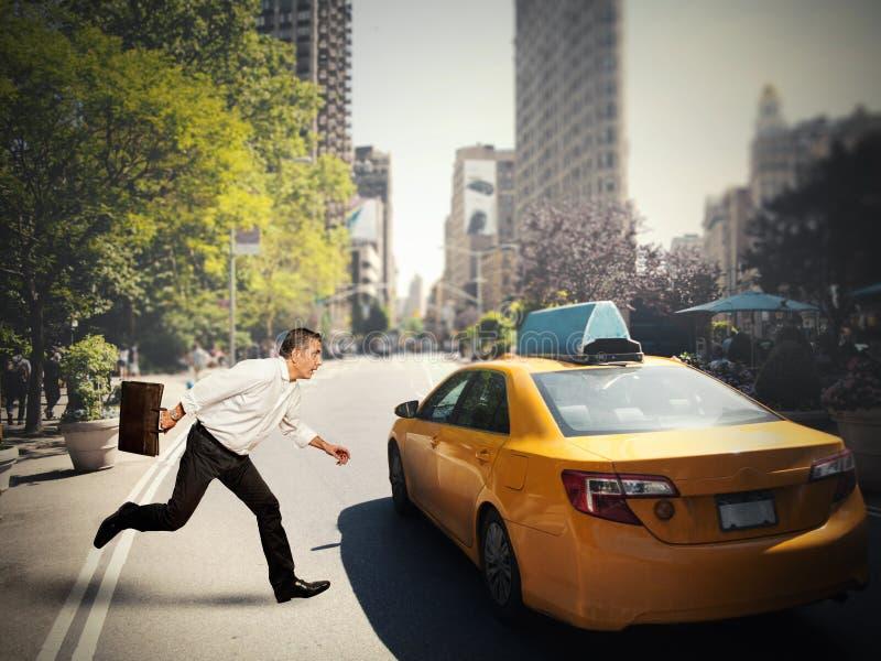 Affärsman och taxi royaltyfri fotografi