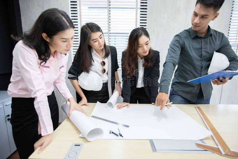 Affärsman- och teknikergrupp som använder anteckningsboken för affärspartners som diskuterar dokument och idéer på möte- och affä royaltyfria foton