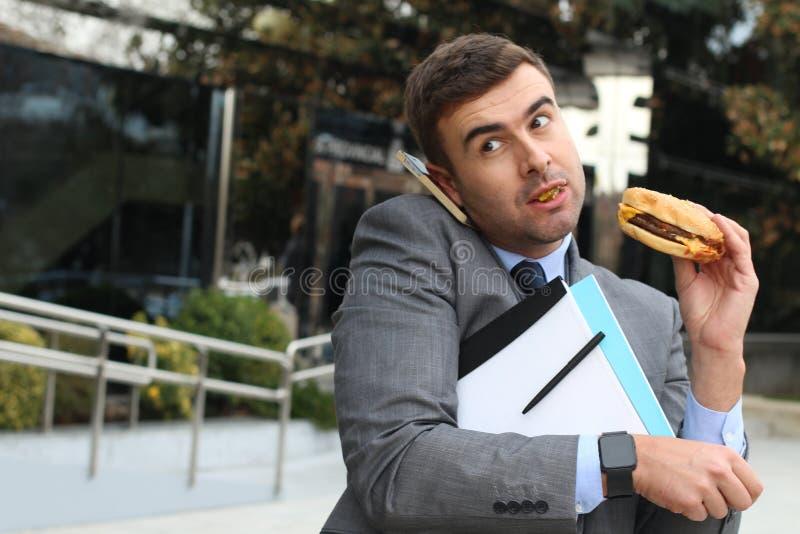Affärsman om att kväva medan på telefonen arkivbild