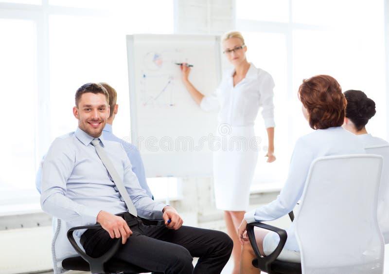 Affärsman på affärsmöte i regeringsställning arkivfoto