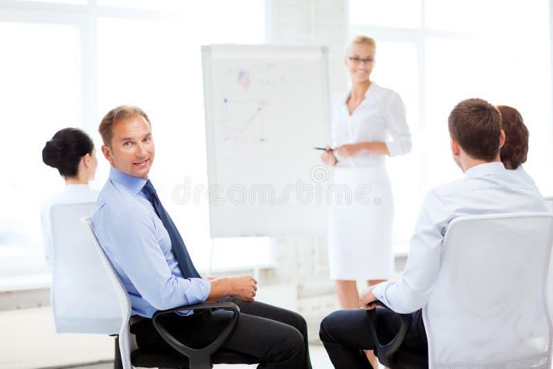 Affärsman på affärsmöte i regeringsställning arkivbild