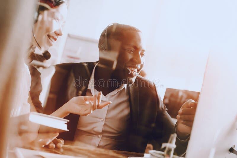 Affärsman på arbetsplats  royaltyfria bilder