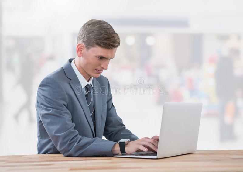 Affärsman på bärbara datorn i ljus shoppinggalleria royaltyfria bilder