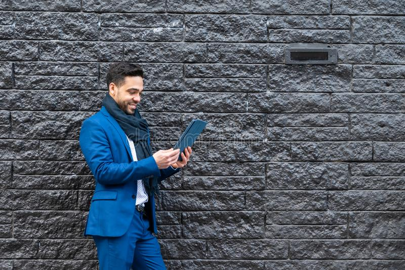 Affärsman på blå dräkt genom att använda en minnestavla royaltyfria bilder