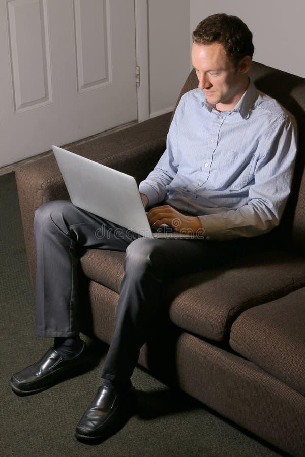Affärsman på datoren arkivbilder