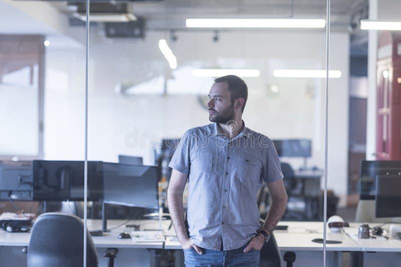 Affärsman på det moderna kontoret arkivfoton