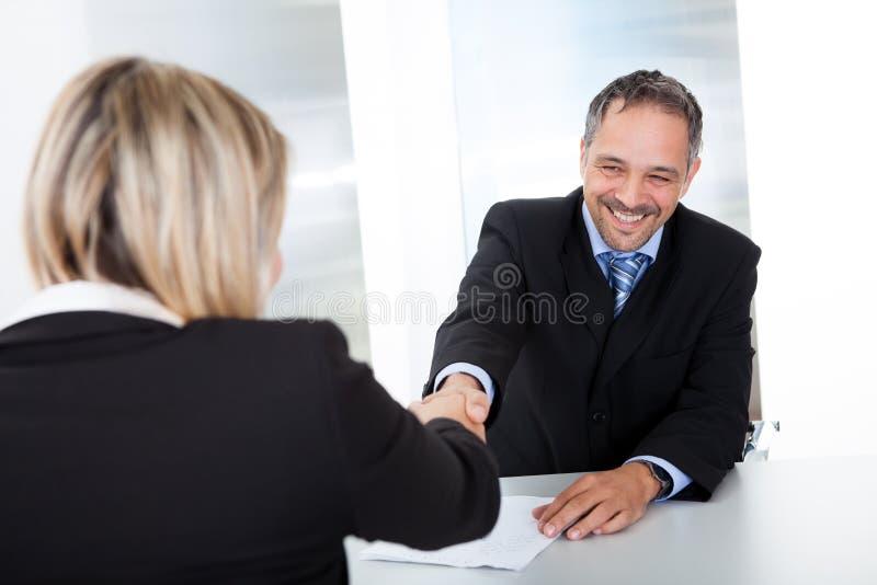 Affärsman på intervjun som upprör händer royaltyfria foton