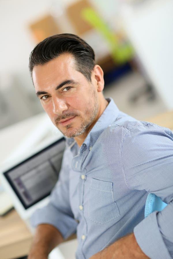 Affärsman på kontorsarbete fotografering för bildbyråer