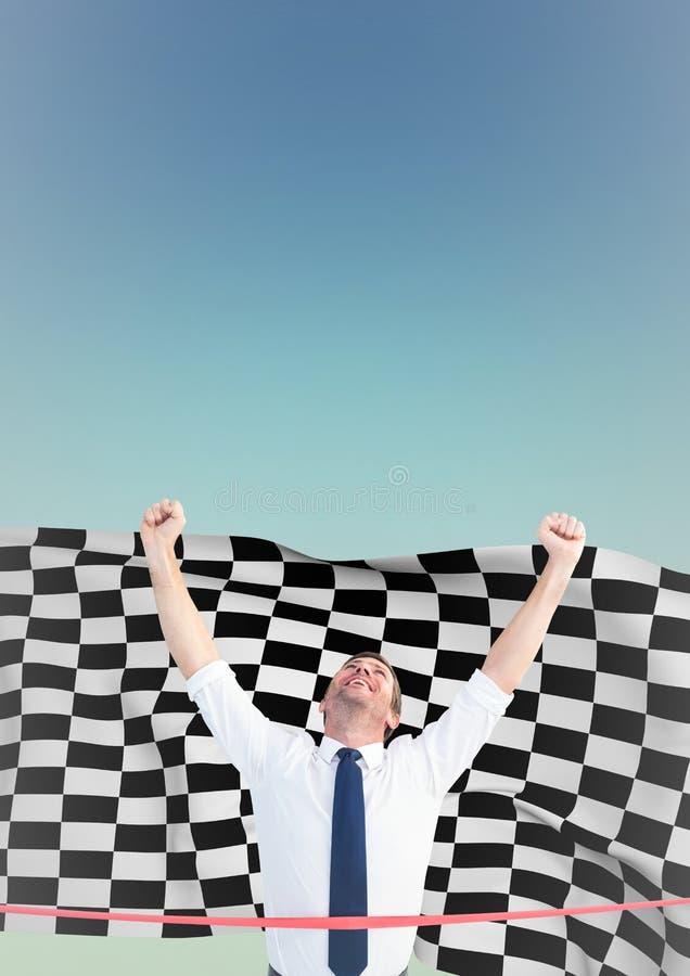 Affärsman på mållinjen mot bakgrund för rutig flagga och för blå gräsplan royaltyfria bilder