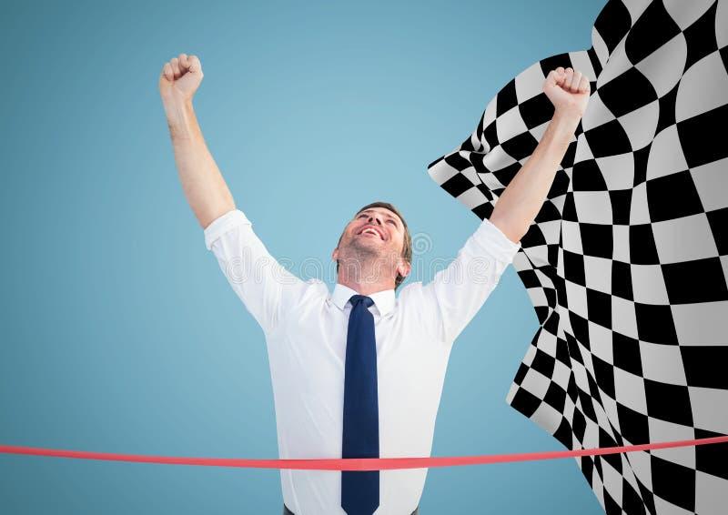 Affärsman på mållinjen mot blå bakgrund och rutig flagga royaltyfri foto