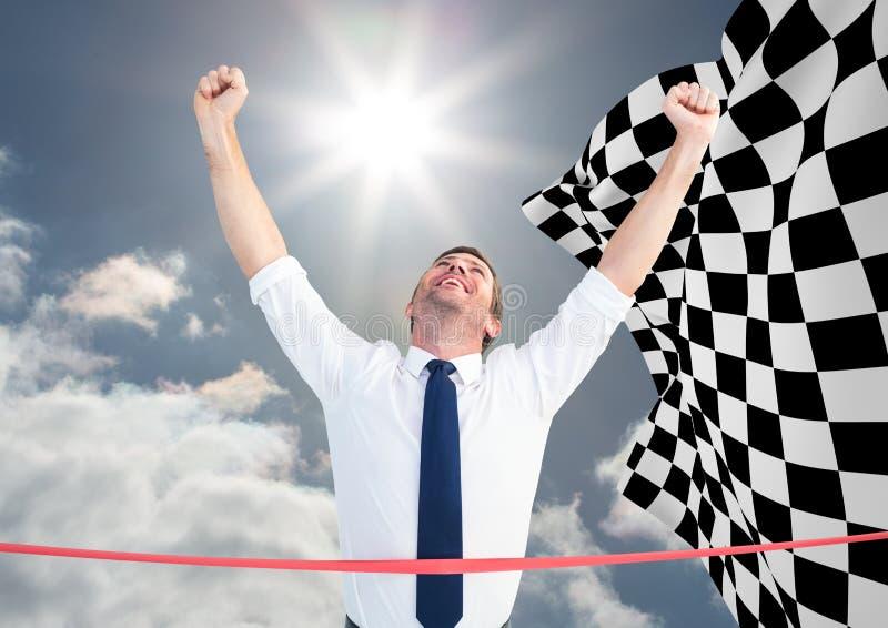 Affärsman på mållinjen mot himmel och rutig flagga arkivbilder