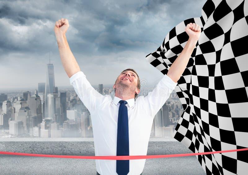 Affärsman på mållinjen mot horisont och rutig flagga royaltyfria bilder