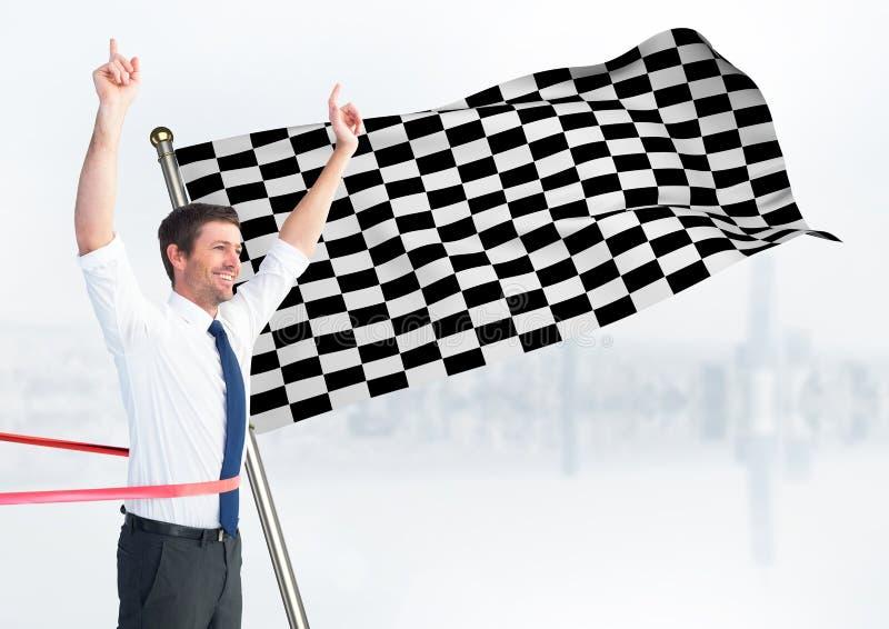 Affärsman på mållinjen mot vit horisont och rutig flagga royaltyfri bild