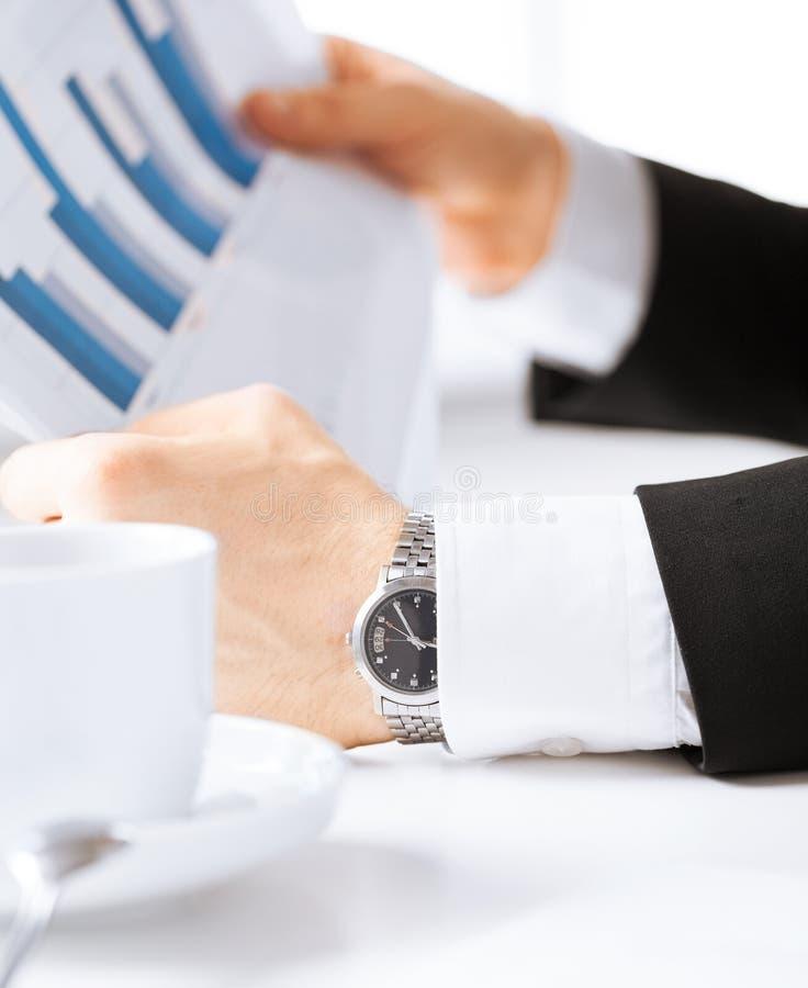 Affärsman på möte som diskuterar diagram arkivfoto