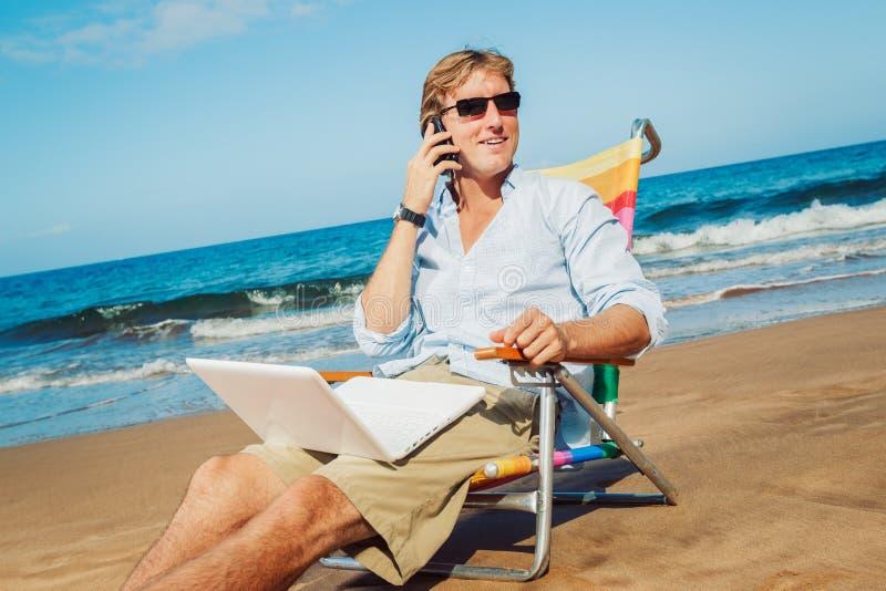 Affärsman på stranden royaltyfria bilder