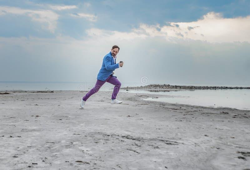 Affärsman på stranden, dag som är utomhus- arkivfoton