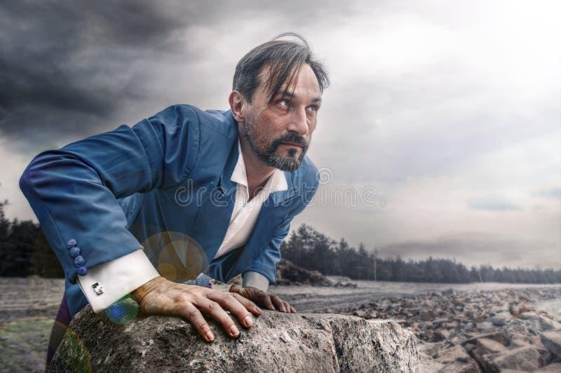Affärsman på stranden, dag som är utomhus- royaltyfri foto