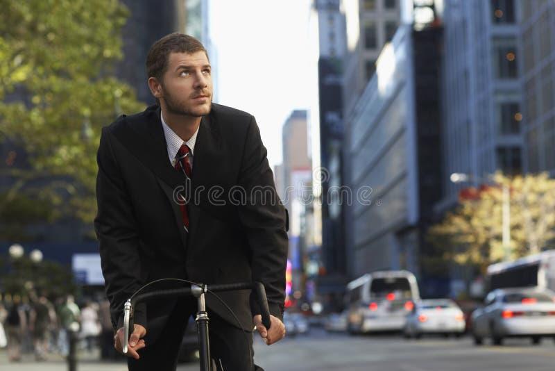 Affärsman Riding Bicycle While som bort ser royaltyfria bilder