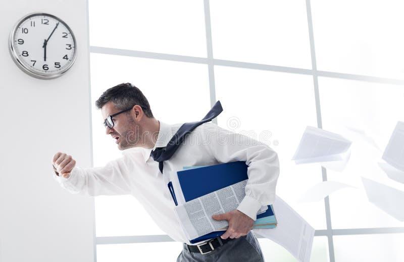 Affärsman sent för arbete arkivfoto