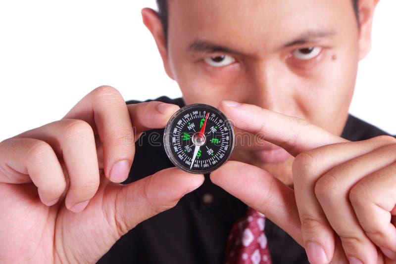 Affärsman Showing Compass royaltyfri foto