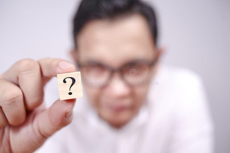 Affärsman Shows Question Mark royaltyfria foton