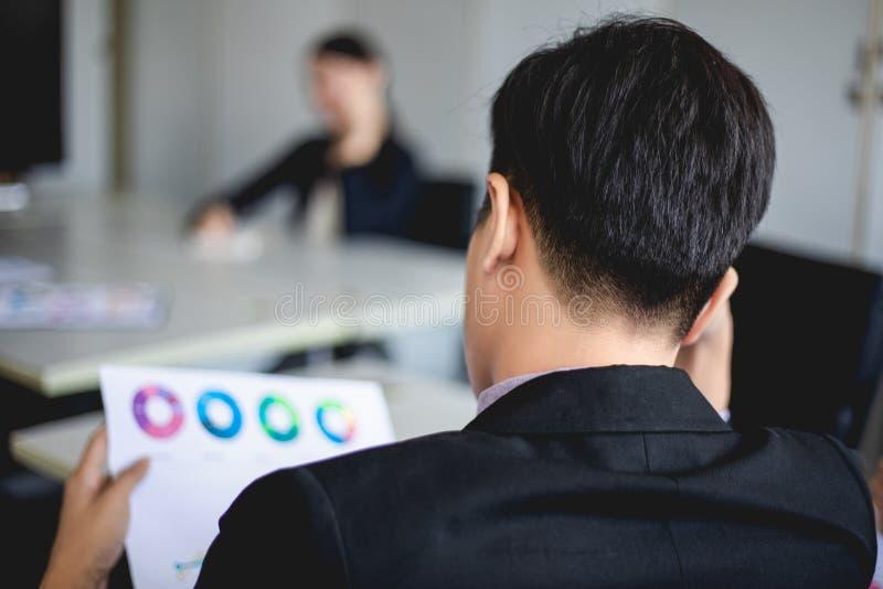 Affärsman som är allvarlig om arbetet som göras hårt till huvudvärken fotografering för bildbyråer