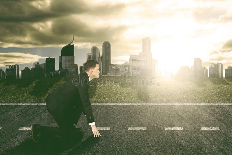 Affärsman som är klar att springa till framtiden arkivbilder