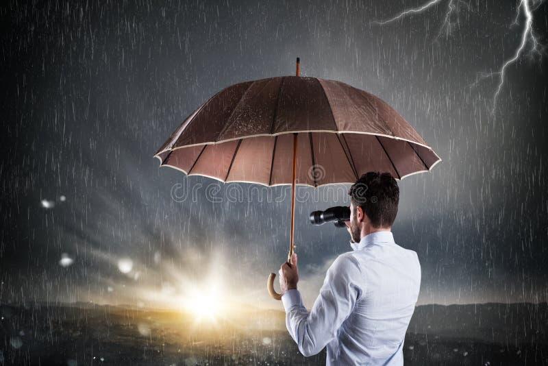 Affärsman som är säker i bättre framtida komma ut ur den finansiella och ekonomiska krisen arkivbild