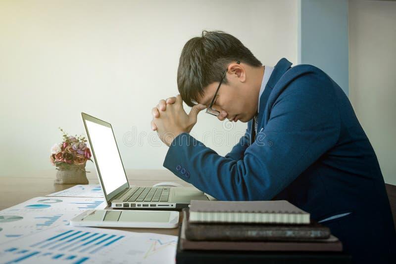 Affärsman som är stressad ut på arbete i tillfälligt kontor arkivfoto