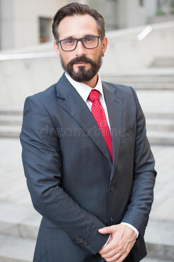 Affärsman som är utomhus- på kontorsmittbakgrund Lyckad affärspersonstående Yrkesmässigt folk royaltyfri bild