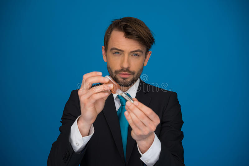 Affärsman som överträffar upp hans e-cigarett med e-flytande royaltyfri fotografi