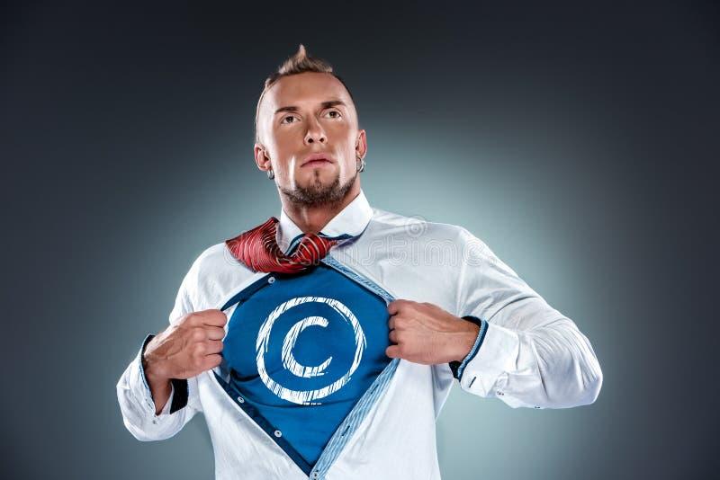 Affärsman som agerar som en toppen hjälte och en avrivning royaltyfri fotografi