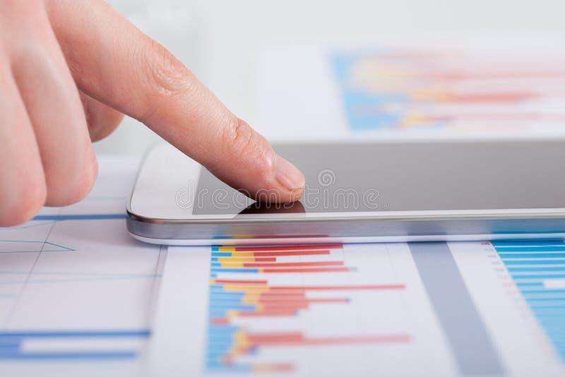Affärsman som analyserar bargraph på skrivbordet royaltyfri bild