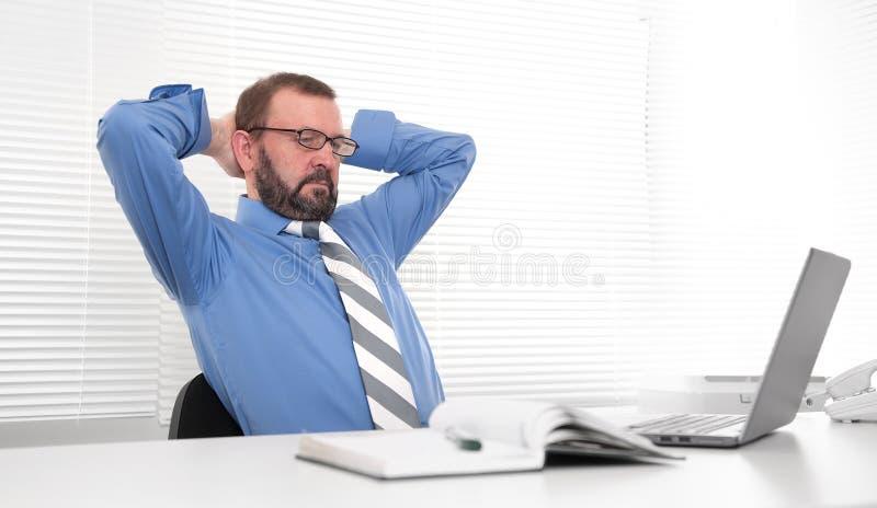 Affärsman som använder bärbar dator royaltyfria foton