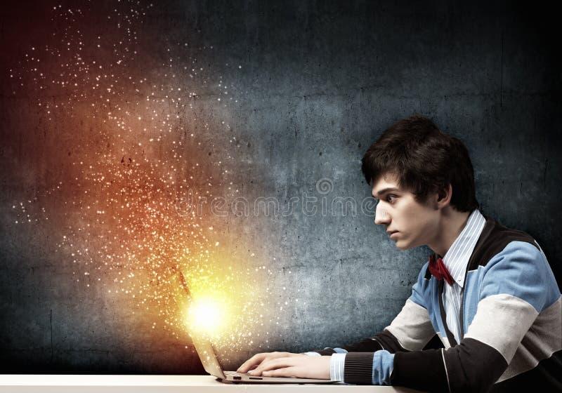 Affärsman som använder bärbara datorn royaltyfria bilder