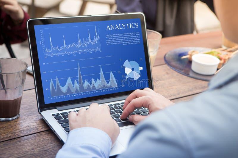 Affärsman som använder bärbara datorn med analyticsdatabegrepp arkivfoto