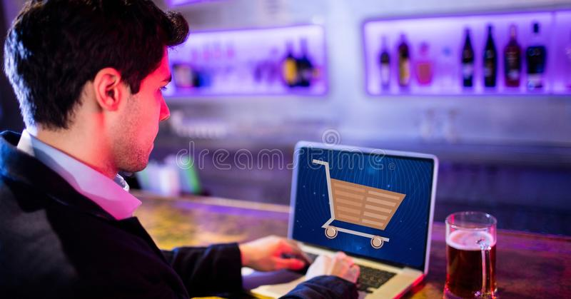 Affärsman som använder bärbara datorn med shoppingvagnen på skärmen royaltyfri illustrationer