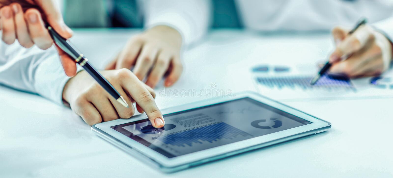 Affärsman som använder den digitala minnestavlan som arbetar med den finansiella schen arkivbild