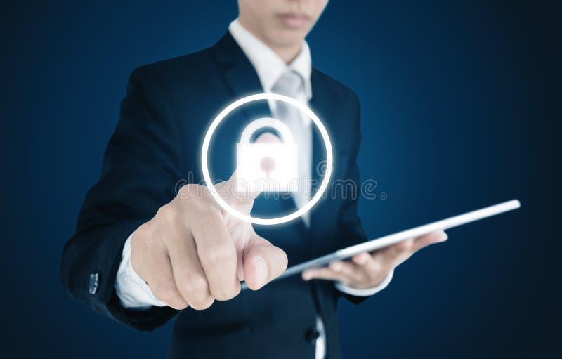 Affärsman som använder den digitala minnestavlan och den trängande låssymbolen på skärmen Säkerhetssystembegrepp royaltyfri foto