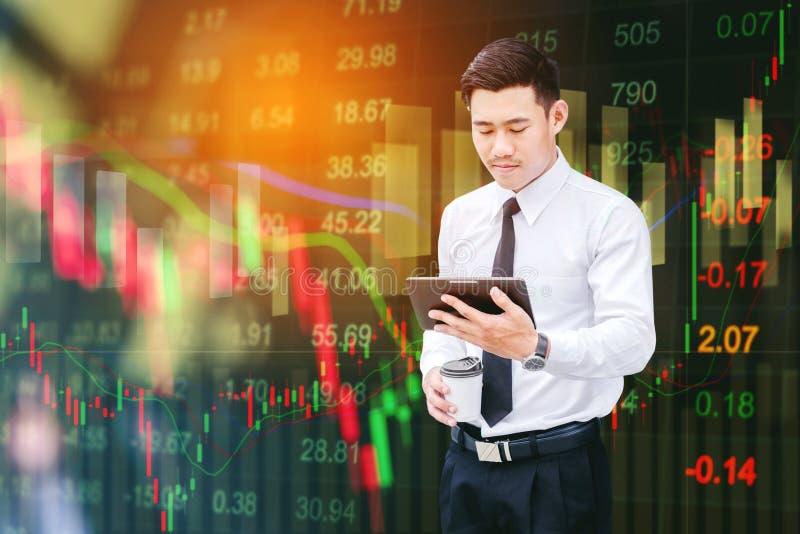 Affärsman som använder den digitala minnestavlan på digital aktiemarknadfinanci royaltyfria bilder