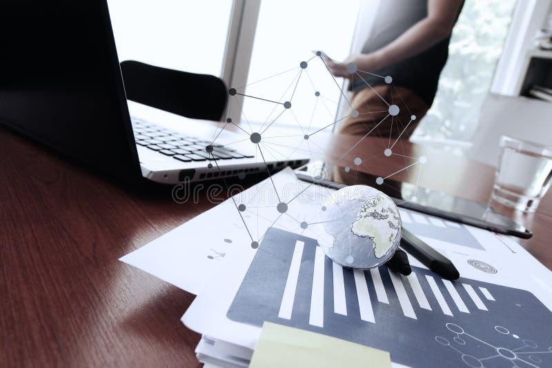 Affärsman som använder den smarta telefonen med texturvärlden arkivfoton