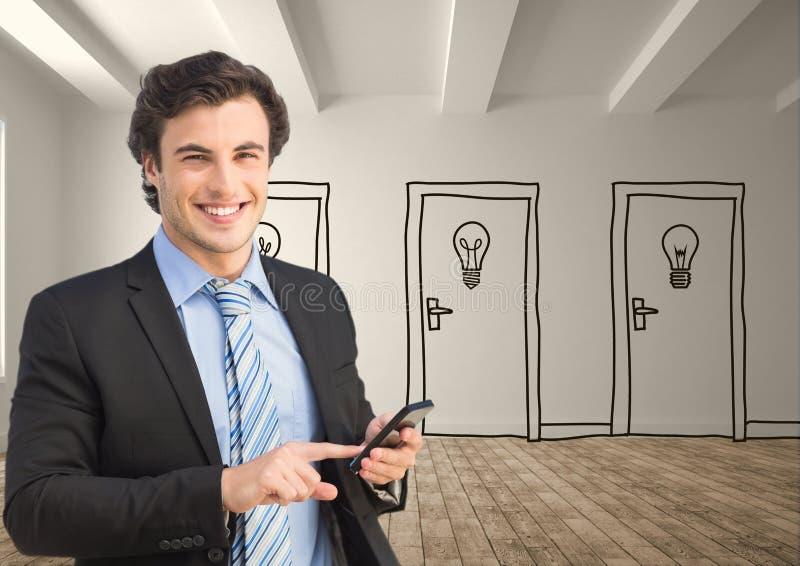 Affärsman som använder den smarta telefonen mot utdragna dörrar arkivbild