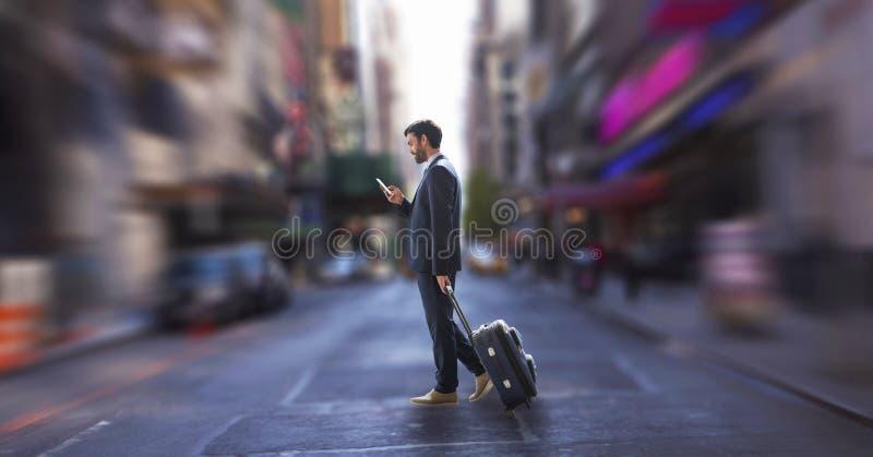 Affärsman som använder en telefon och ett innehav en resväska mot stadsbakgrund royaltyfri bild