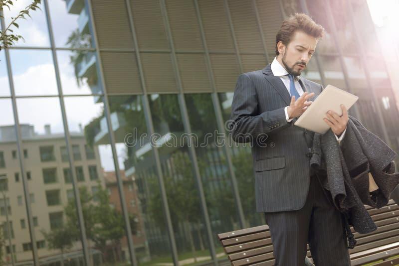 Affärsman som använder en utomhus- bärbar dator fotografering för bildbyråer