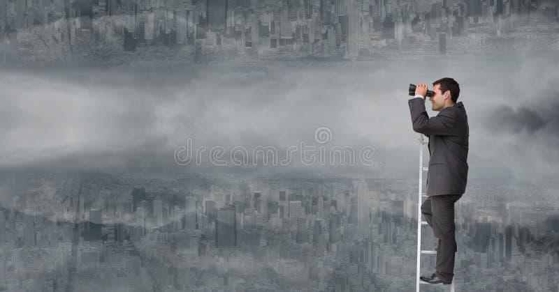 Affärsman som använder kikare på stege mot uppochnervänd stad med moln arkivfoton