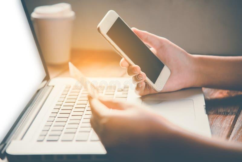 Affärsman som använder kreditkorten och smartphonen med en bärbar dator till pu royaltyfri foto