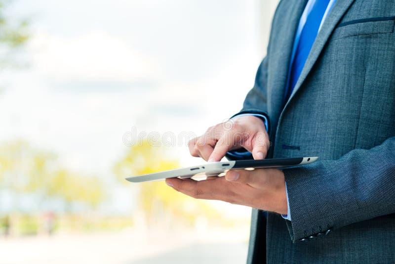 Affärsman som använder minnestavladatoren royaltyfri bild